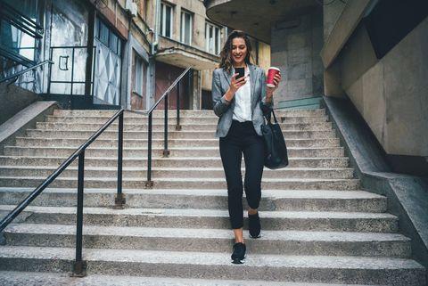 traplopen vrouw koffie hardloopschoenen hardloper