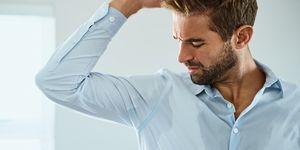 hombre sudando la camisa