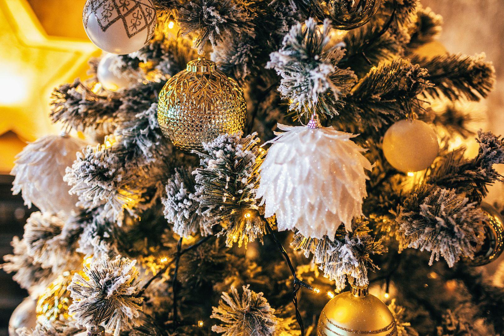 10 Lovely Christmas Tree Theme Ideas - Elegant Themed Christmas Trees