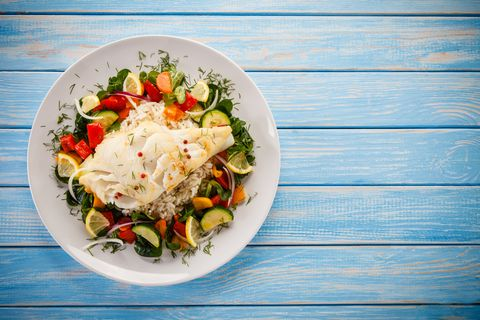 La ricetta di pesce che tutti adoreranno: merluzzo al forno con patate e pomodorini (facilissimo)