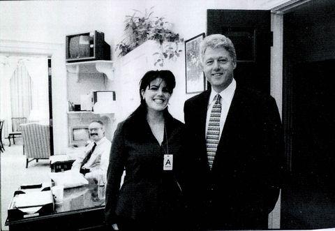 Una fotografía que muestra a la ex becaria de la Casa Blanca Monica Lewisky reuniéndose con el presidente Bill Clinton en una función de la Casa Blanca presentada como evidencia en documentos por la investigación Starr y publicada por el Comité Judicial de la Cámara el 21 de septiembre de 1998.