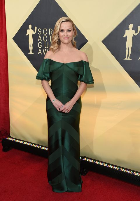 Red carpet, Carpet, Clothing, Dress, Green, Flooring, Premiere, Shoulder, Fashion, Gown,