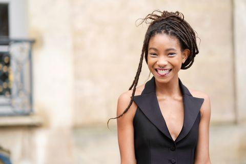 Hair, Hairstyle, Skin, Beauty, Shoulder, Chin, Fashion, Street fashion, Black hair, Formal wear,