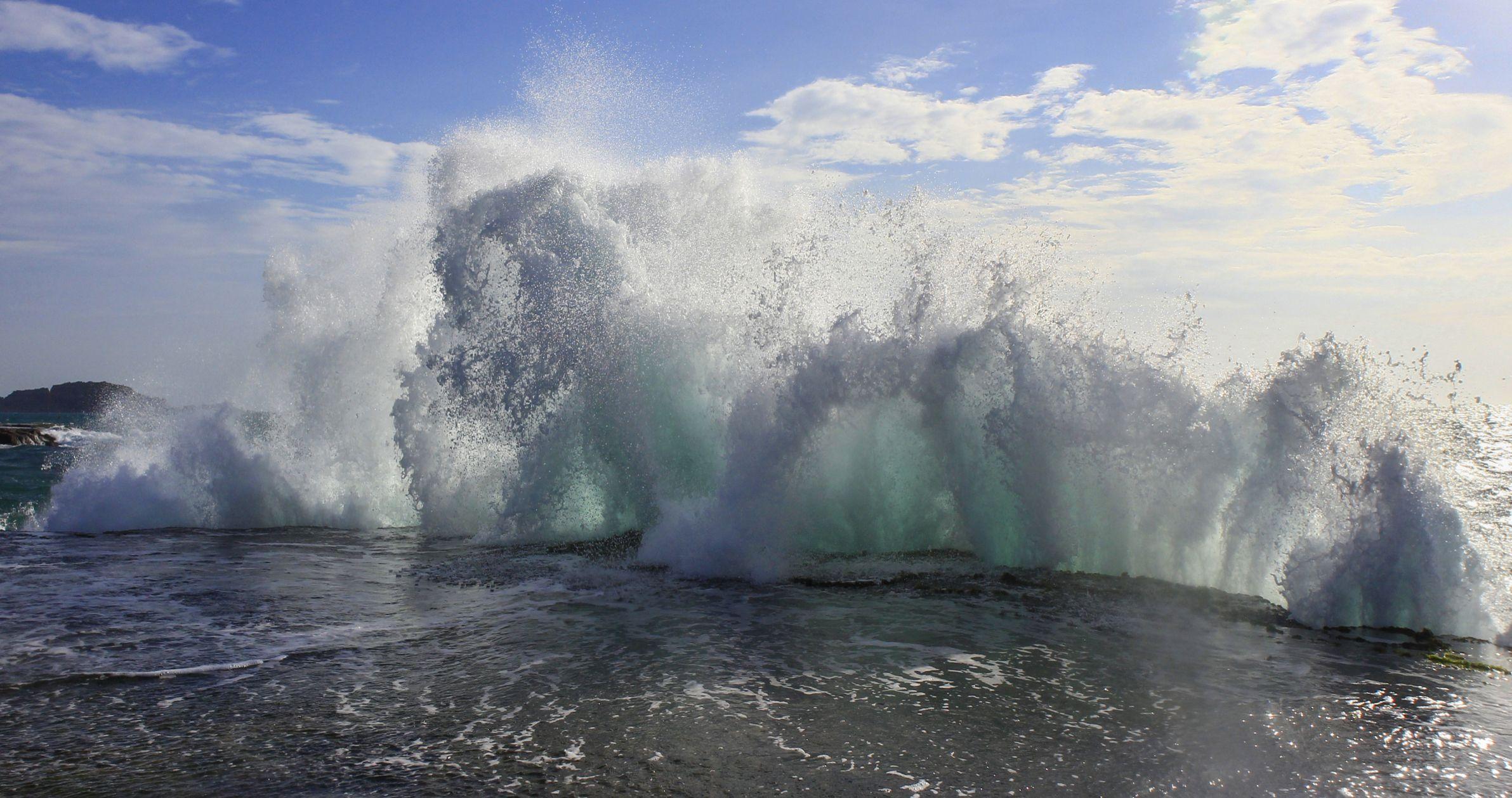 Gran tormenta con olas en el mar