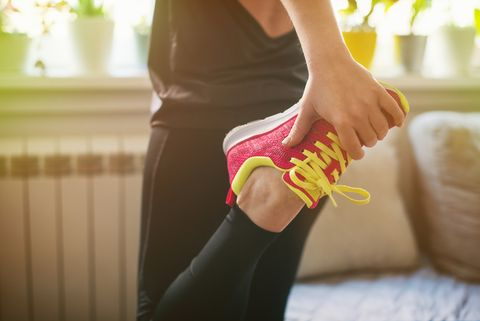 chica haciendo ejercicios piernas