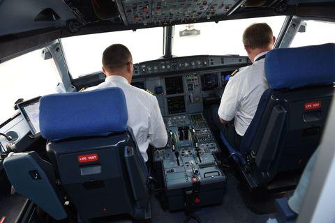 pilots cockpit airplane airbus321