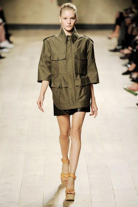 Fashion show, Fashion model, Fashion, Runway, Clothing, Shoulder, Public event, Fashion design, Human, Footwear,