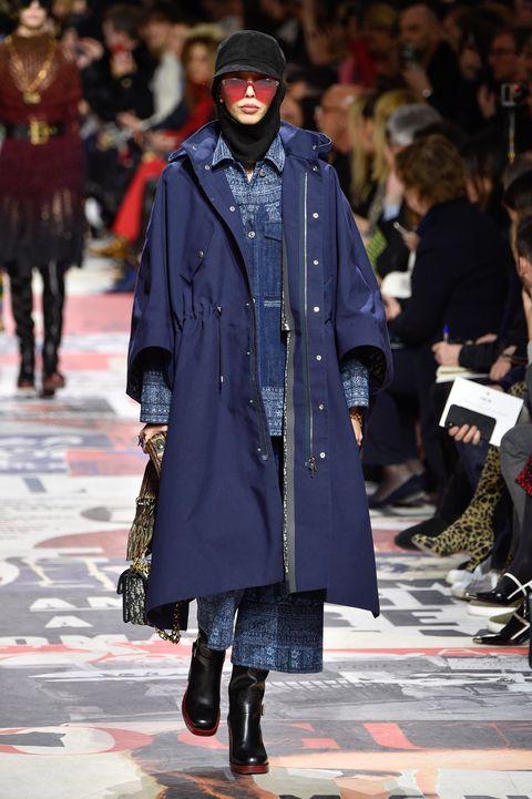 Fashion show, Fashion, Runway, Clothing, Fashion model, Street fashion, Outerwear, Coat, Footwear, Human,