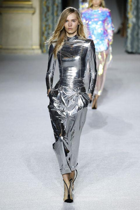 Fashion model, Fashion show, Fashion, Runway, Clothing, Latex clothing, Shoulder, Haute couture, Leggings, Footwear,