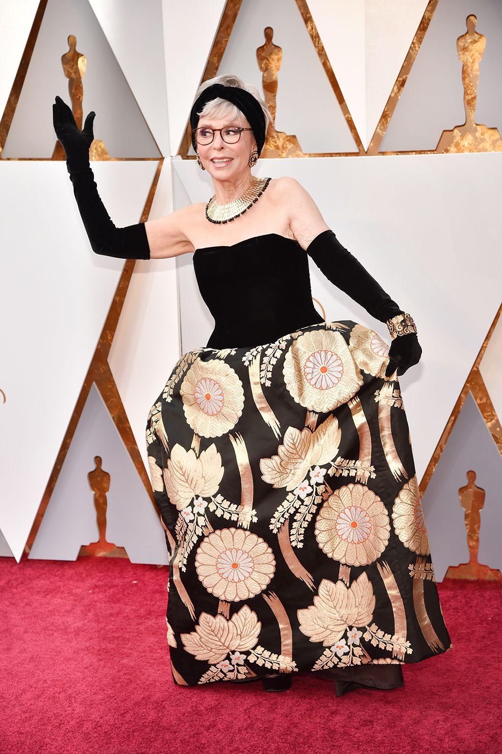 3ce52370e Premios Oscar 2018  Repetir vestido (y hacerlo así) por Rita Moreno - Rita  Moreno repite vestido en los Oscars