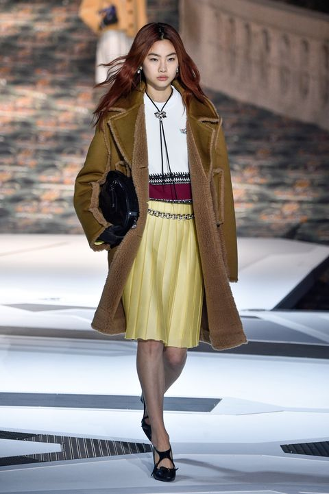 프랑스 파리 3월 6일, 현중이 프랑스 파리에서 열린 2018년 3월 6일 파리 패션위크 여성 패션 2018 가을 겨울 2019 루이비통 쇼에서 런웨이를 걷고 있다. 사진: Peter White