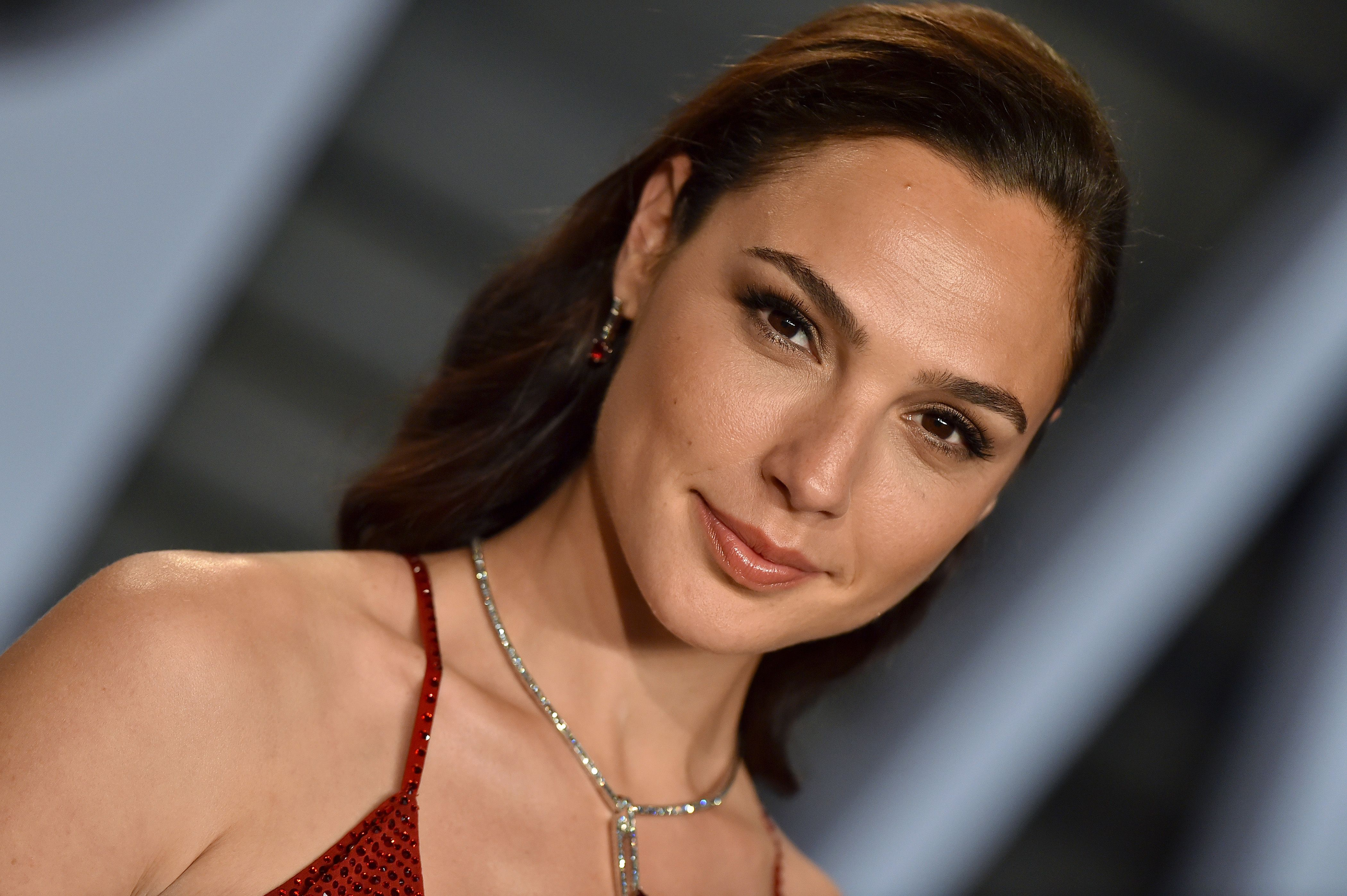 Wonder Woman's Gal Gadot got a curly bob and we're obsessed
