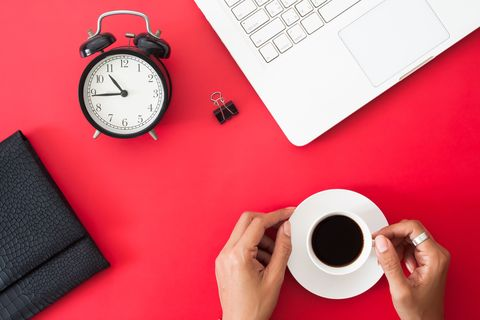 Manuale di sopravvivenza per i dipendenti da caffè: quando berlo per limitare i danni (e aumentare i benefici)