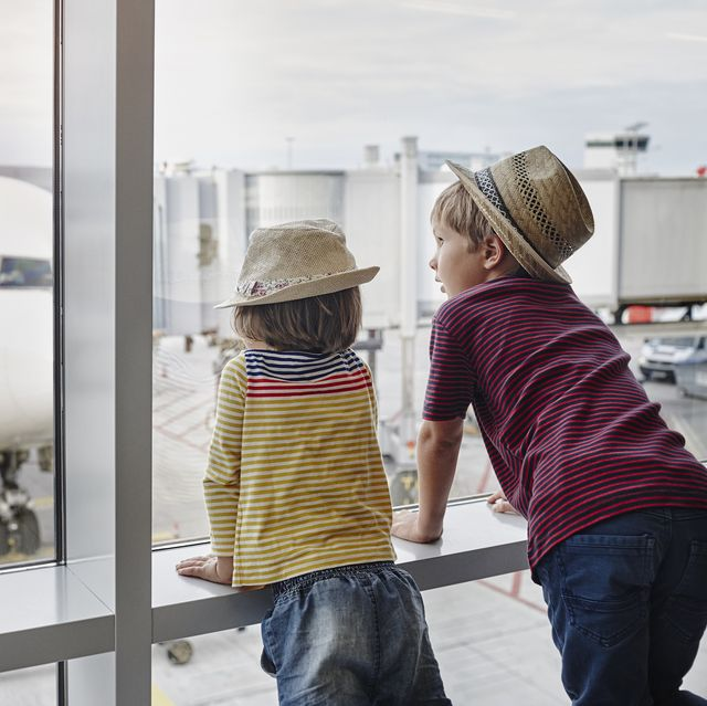 kids looking at a plane
