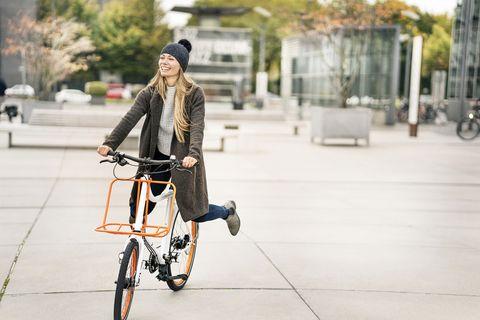 Bicycle, Street fashion, Cycling, Vehicle, Fashion, Snapshot, Urban area, Recreation, Sports equipment, Bicycle wheel,