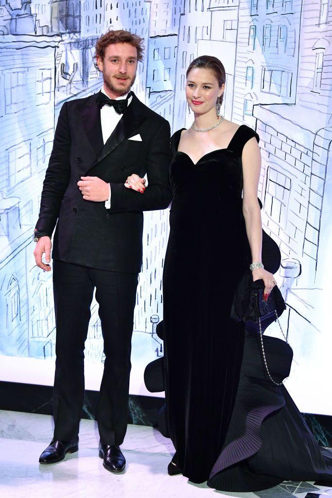 La familia real de Mónaco ha celebrado la 64 edición del Baile de la Rosa, decorada por Karl Lagerfeld, donde Carlota Casiraghi ha hecho oficial su compromiso y Beatrice Borromeo ha confirmado su embarazo.