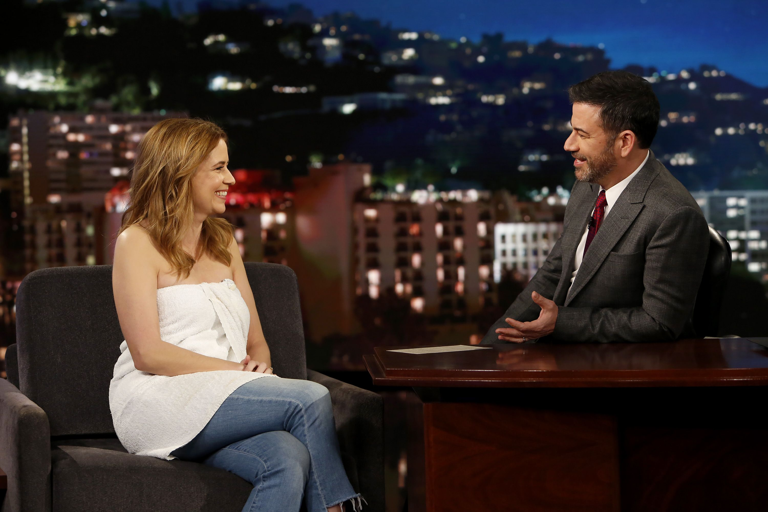 Jenna Fischer wore a towel on Jimmy Kimmel because the zip on her dress  broke