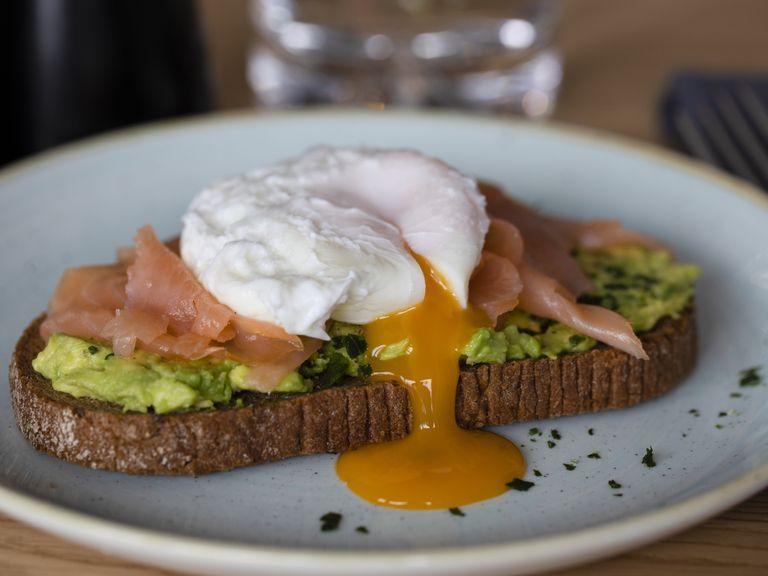 Món ăn sáng giảm cân: Cá hồi, trứng và bánh mì đen