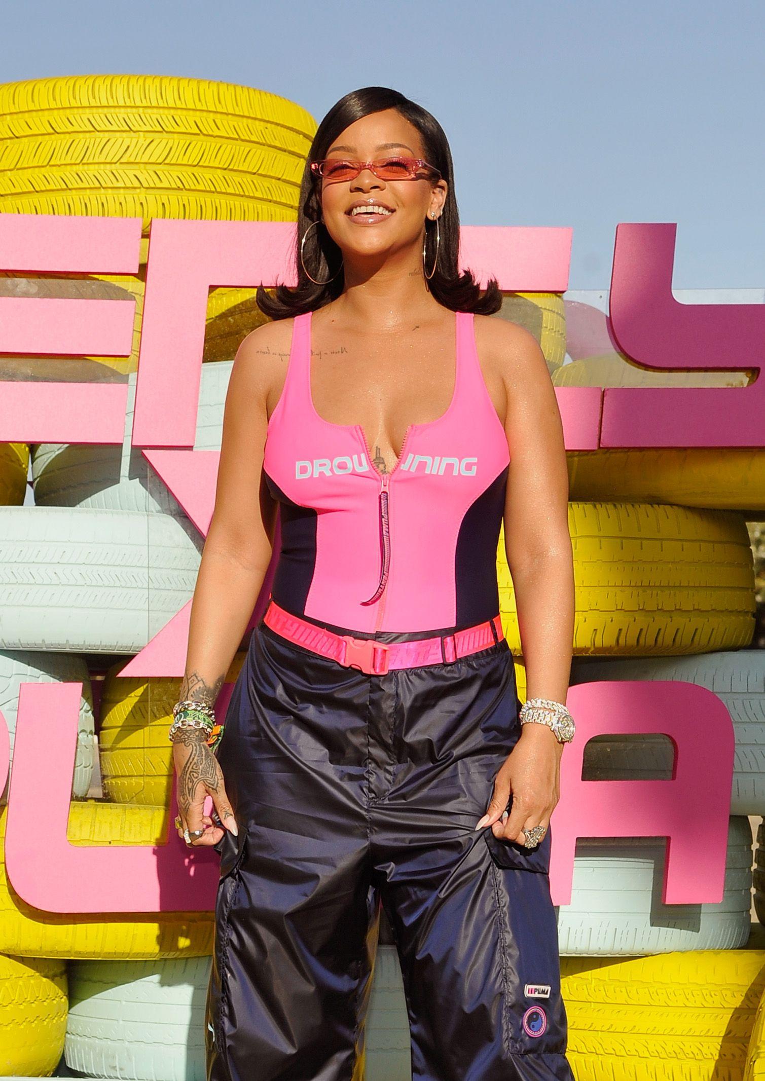 Il look di Rihanna al Coachella aveva laccessorio da drink definitivo per tutte