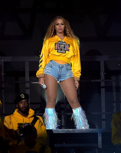 Thigh, Yellow, Performance, Leg, Fashion, Beauty, Human body, Performing arts, Stage, Talent show,