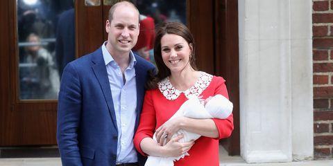 Los duques de Cambridge con su tercer hijo, que viste un conjunto de moda española, de la tienda Irulea