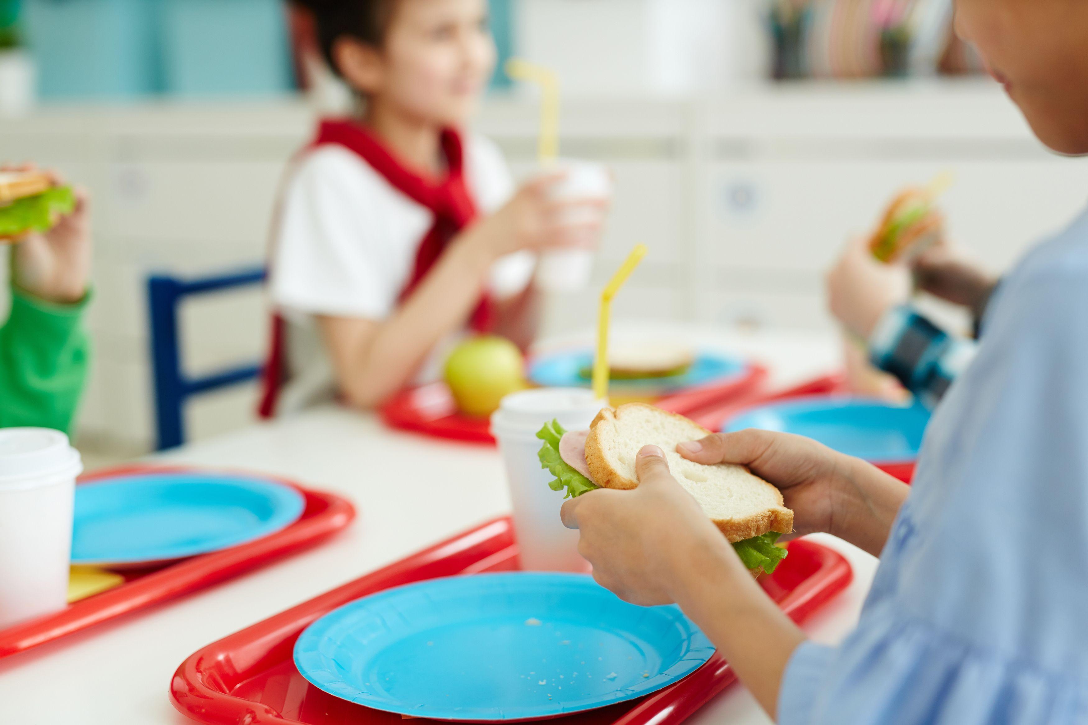 In missione nei centri cottura delle mense scolastiche, per scoprire cosa mangiano i nostri bambini
