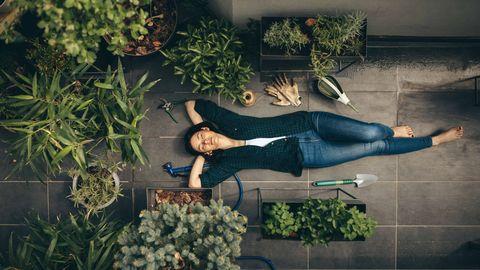 mujer en una terraza