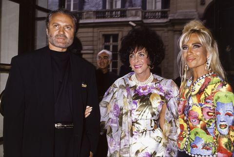 le styliste gianni versace avec sa soeur donatella versace et l'actrice elizabeth taylor lors de l'inauguration d'une boutique en juin 1991 à paris, france photo by patgamma rapho via getty images