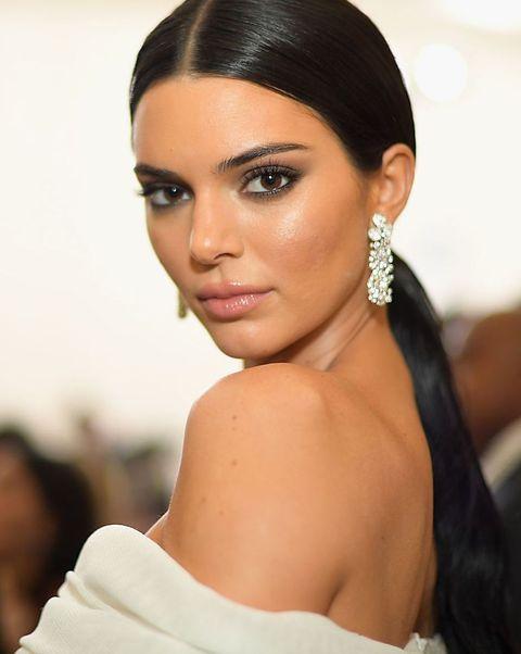 Hair, Face, Eyebrow, Hairstyle, Black hair, Beauty, Lip, Skin, Shoulder, Forehead,
