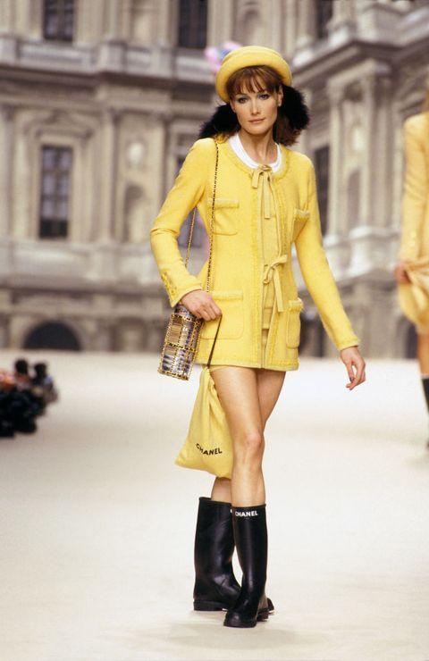 portrait du mannequin carla bruni lors du défilé chanel de prêt à porter de la collection automne hiver en mars 1994 à paris, france photo by pat arnalgamma rapho via getty images