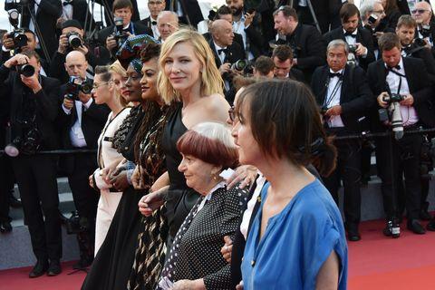 Red carpet, Carpet, Premiere, Event, Flooring, Fashion, Public event, Dress, Audience, Crowd,