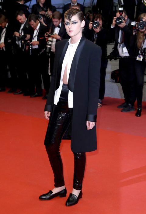 Red carpet, Carpet, Suit, Clothing, Flooring, Fashion, Formal wear, Event, Premiere, Fashion model,