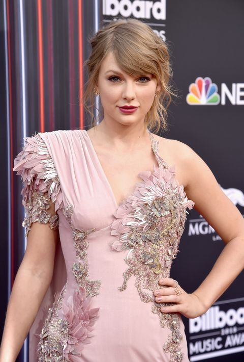 Hair, Shoulder, Clothing, Hairstyle, Beauty, Dress, Red carpet, Carpet, Fashion, Joint,