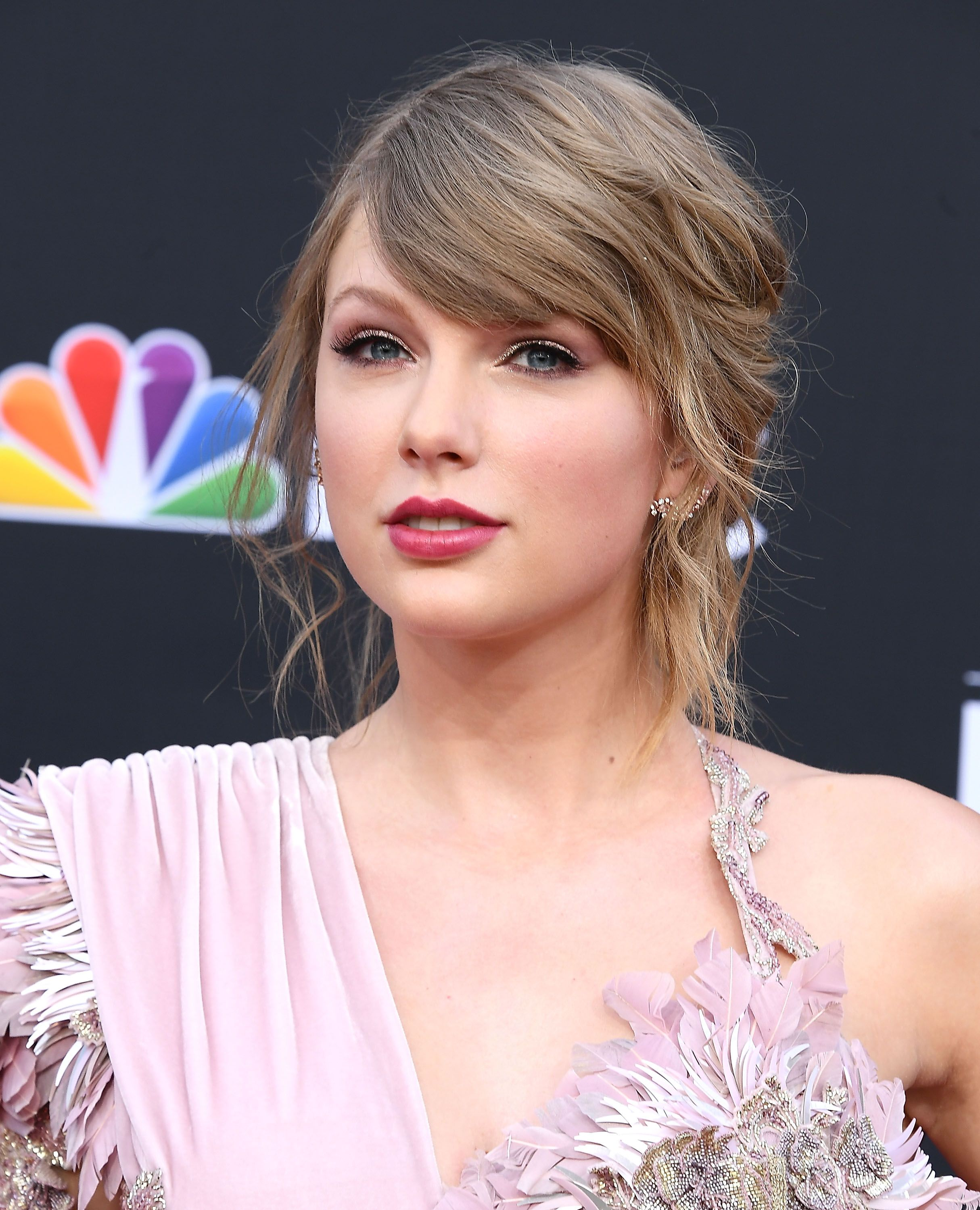 Taylor Swift Hairstyles - Taylor Swift\'s Curly, Straight, Short ...