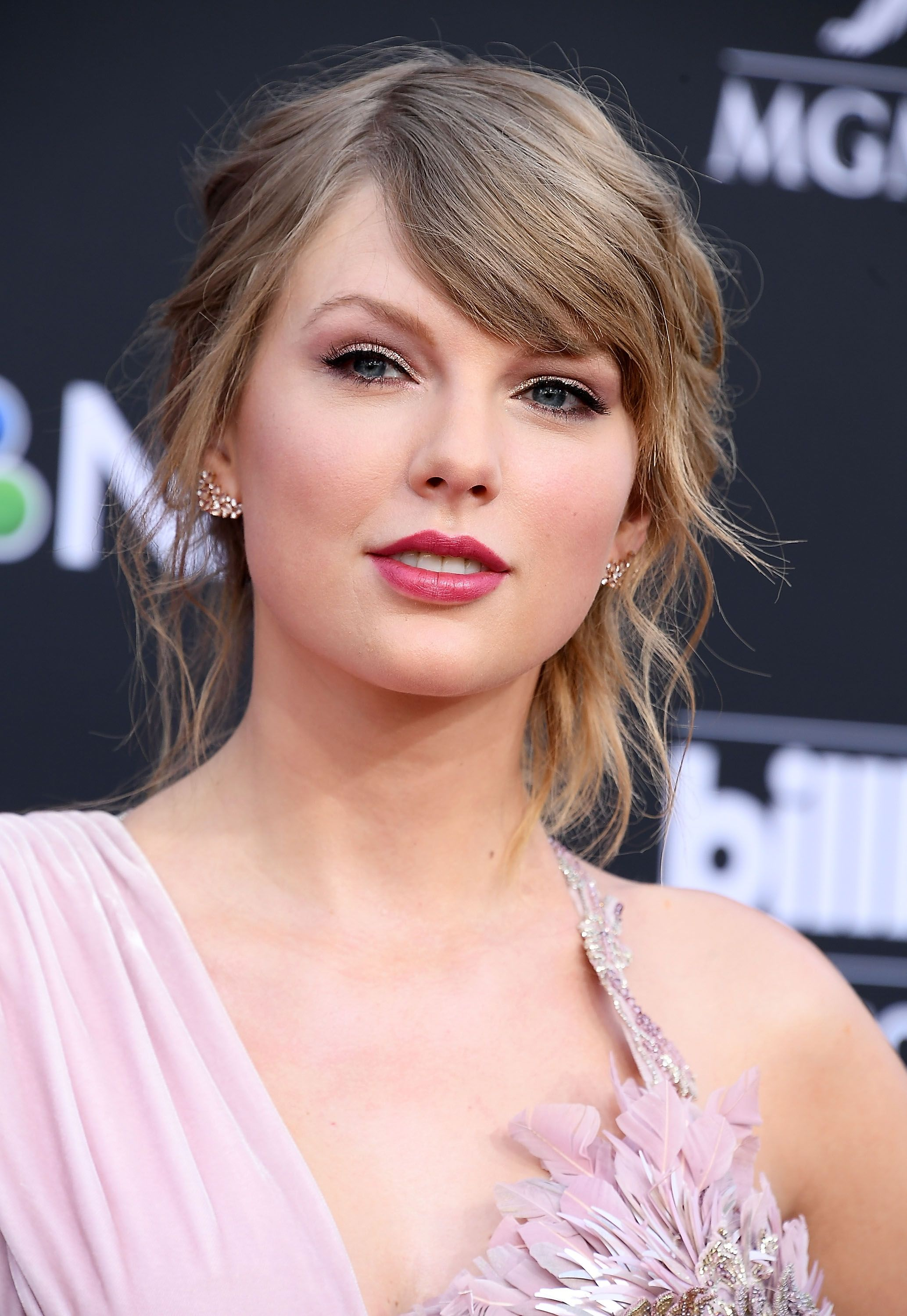 Every One Of Taylor Swift S Award Winning Hair And Make Up Looks