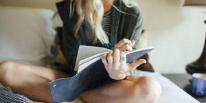 vrouw schrijft in een dagboek