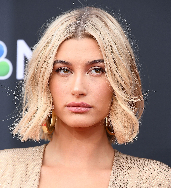 Corte de cabello con raya marcada