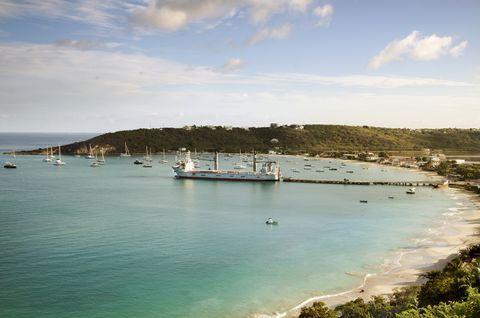 Вид на порт Ангильи на Карибское море против неба.