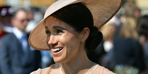 Facial expression, Hat, Smile, Head, Chin, Fashion accessory, Headgear, Ear, Human, Sun hat,