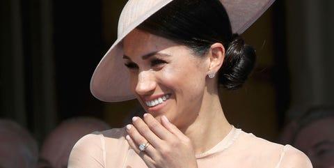 Hat, Lip, Beauty, Nose, Chin, Headpiece, Ear, Fashion accessory, Headgear, Neck,