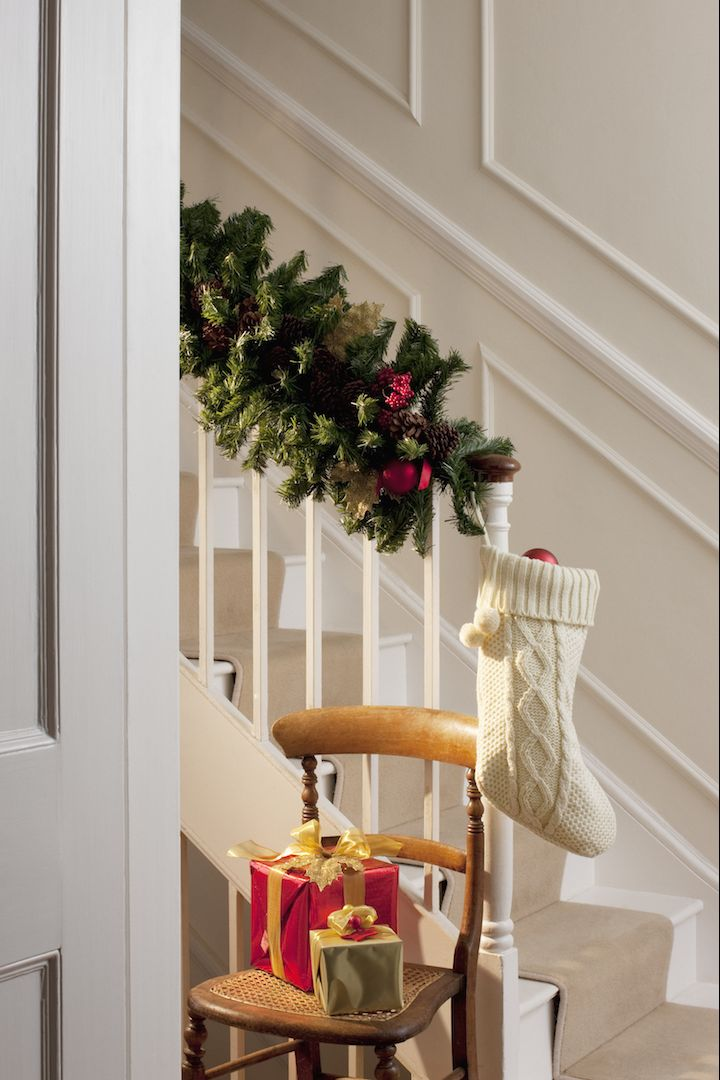10 Lovely Christmas Stair Decorations Holiday Staircase Decor Ideas