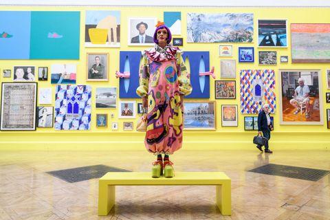 Londres, Angleterre 05 juin artiste grayson perry c pose pour les photographes lors d'un aperçu de la presse de la 250e exposition d'été à la Royal Academy of Arts le 5 juin 2018 à Londres, Angleterre l'exposition d'été se déroule du 12 juin au 19 août 2018 et permet des artistes émergents établis et bien établis exposent leur travail côte à côte avec toutes les formes d'art contemporain, y compris les médias tels que la sculpture, la peinture, l'installation vidéo et la photo textile par Leon Nealgetty Images