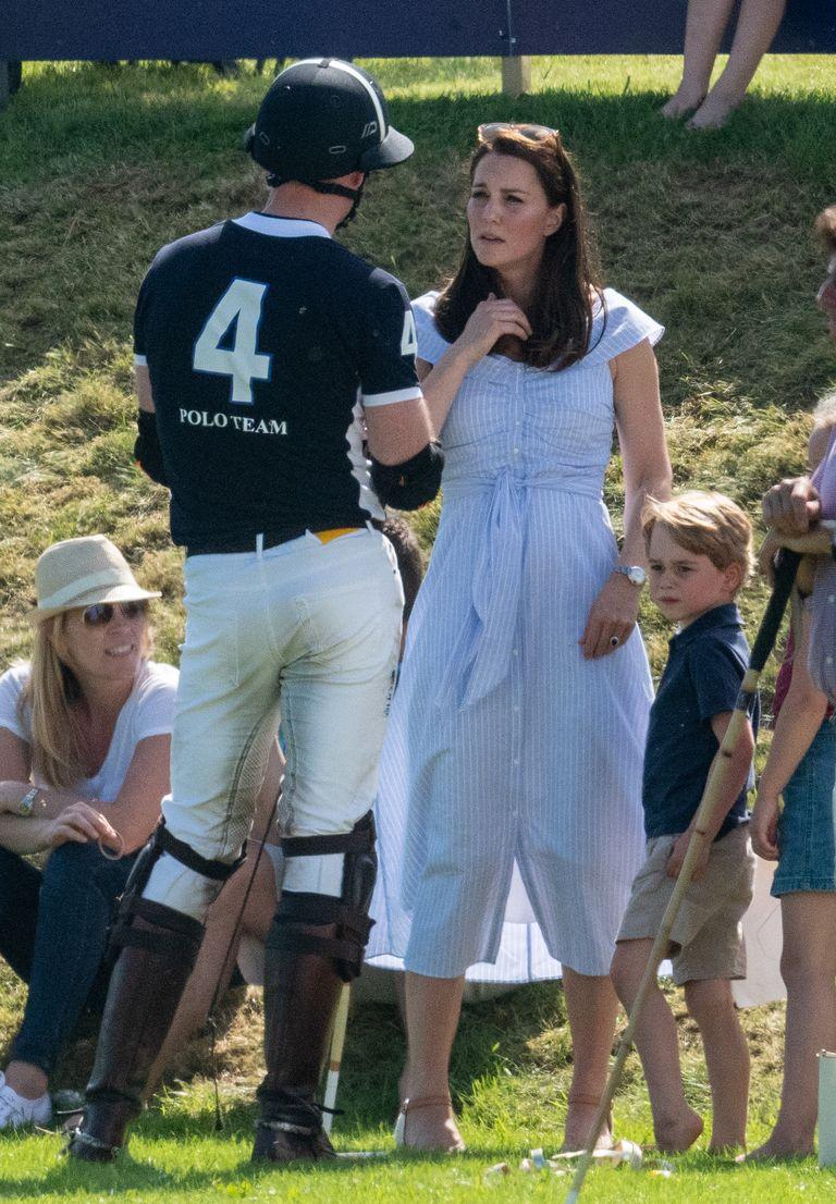 Kate terlihat mengenakan gaun biru