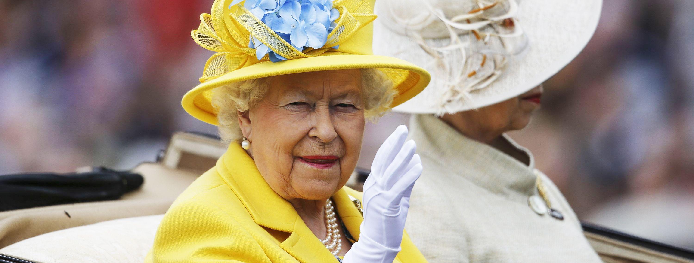Ratu Elizabeth II Selalu Pakai Sarung Tangan, Bukan Sekadar Gaya-gayaan, Lo!