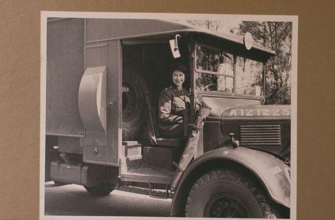 prinses elizabeth in een ambulance tijdens de tweede wereld oorlog