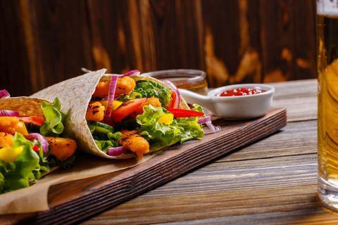 Lunch volkoren wraps met hummus, geitenkaas en gegrilde groenten