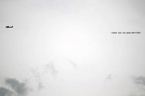 8 اوت آوریل یک هواپیما در ماه آگوست بر فراز باشگاه ملی گلف پرواز می کند زیرا جنگل ببر در اولین دور مسابقات مسترز 2010 در باشگاه ملی گلف در اوت 8 آوریل 2010 در آگوست ، جورجیا تصویر نمی شود عکس توسط jamie تصاویر squiregetty