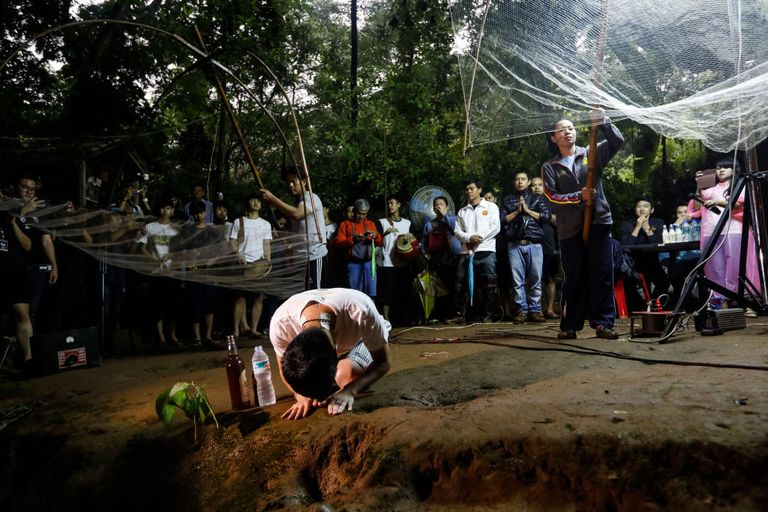 thai families pray flood