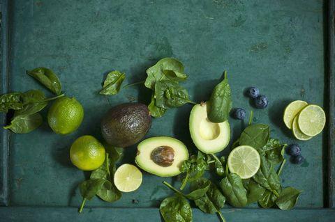 avocado-spinazie-blauwe bessen-limoen-snijplank