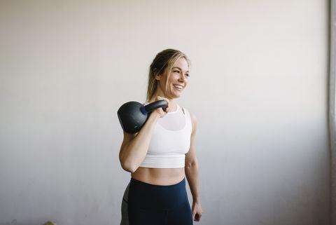 vrouw met een gewicht aan het trainen